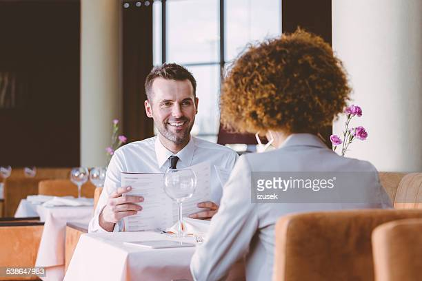 2 つのビジネス人々の昼食