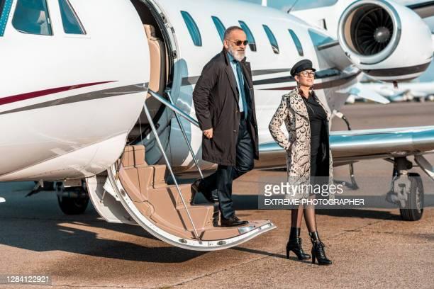 企業ジェット機を降りる2人のビジネス旅行者 - 自家用飛行機 ストックフォトと画像