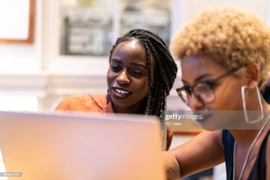 Zwei Business-Frau treffen durch Fenster : Stock-Foto