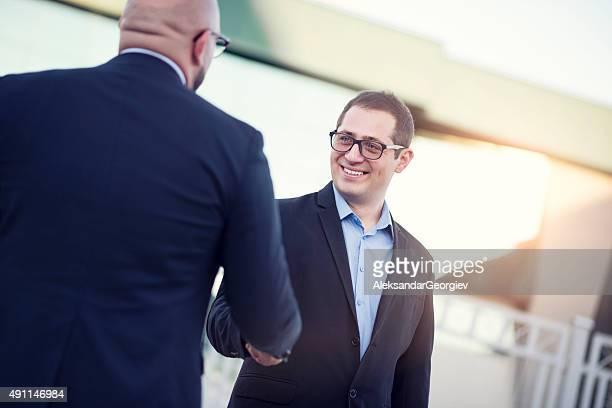 I colleghi stretta di mano due Uomo d'affari con sorriso