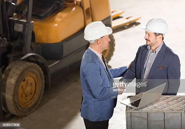 Poignée de main deux Homme d'affaires