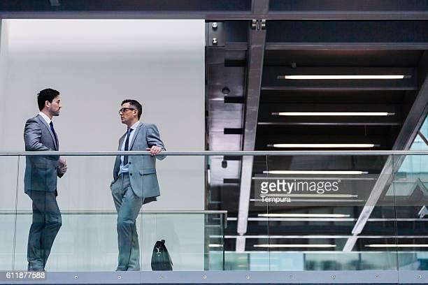 Dos hombre de negocios reunirse en el corredor