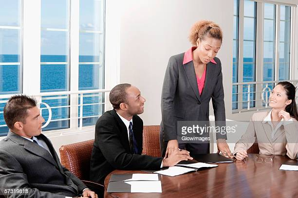 two businessmen and two businesswomen in a meeting - 外れる ストックフォトと画像