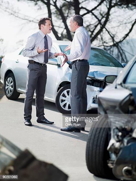 Dos empresarios discutiendo sobre dañado automóviles