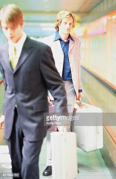two businessmen at the airport - menswear photos et images de collection