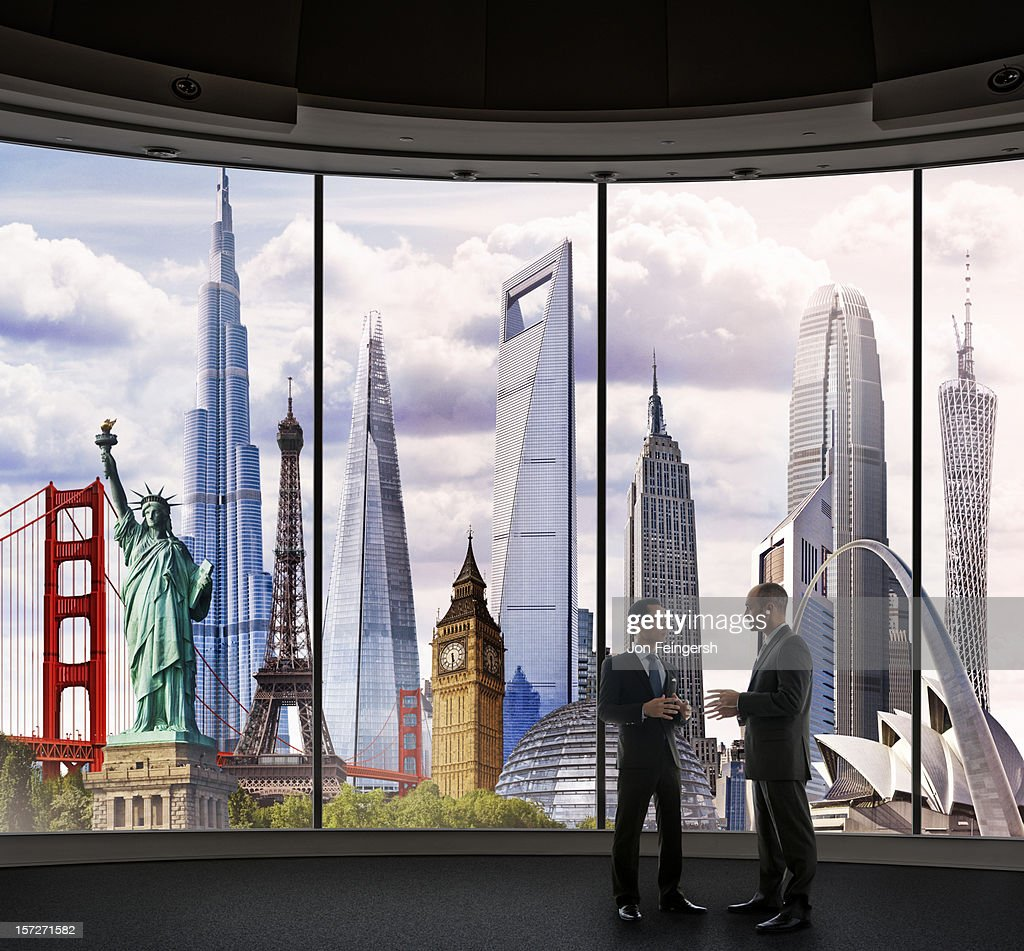 Two Businessmen converse with cityscape behind : Foto de stock