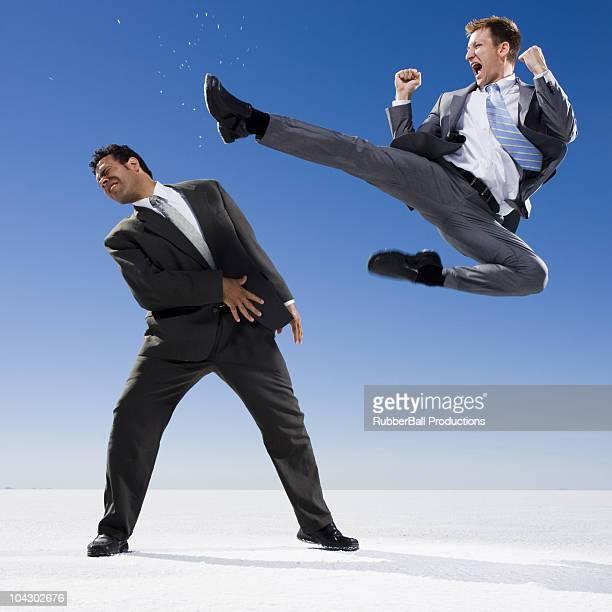 deux hommes d'affaires se battre - donner un coup de pied photos et images de collection