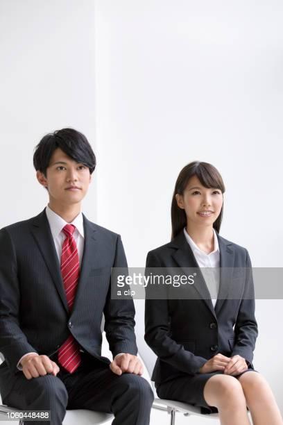 面接を受ける2人のビジネスマン - ルーキー ストックフォトと画像