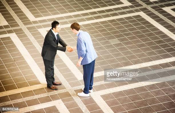 Zwei Geschäftsleute treffen sich in Japan und Händeschütteln