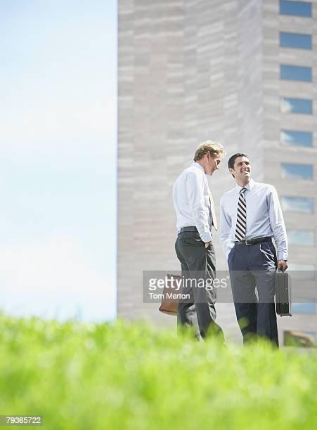 Zwei Geschäftsleute im Freien reden