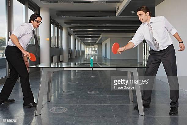 Deux hommes d'affaires jouant tennis de table