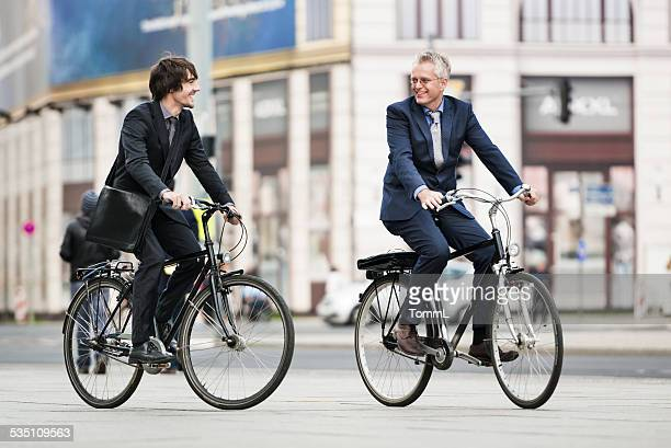 Zwei Geschäftsleute Reiten auf Fahrräder