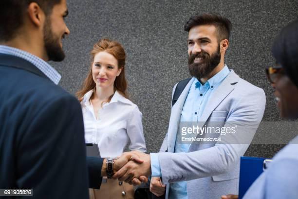 Deux hommes d'affaires, renforcer les partenariats avec une poignée de main.
