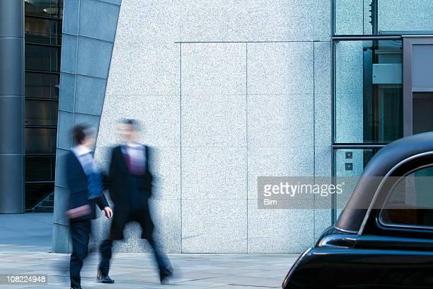 Deux hommes d'affaires marchant le long de la rue dans la ville de Londres