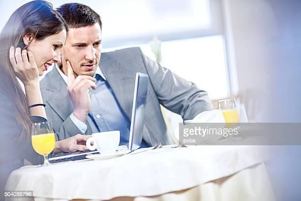 Zwei Geschäftsleute Essen Frühstück im Café bei der Arbeit