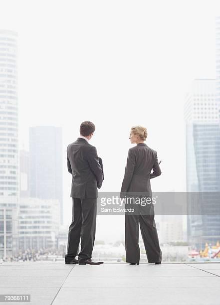 屋外の 2 つのビジネスマンの階段