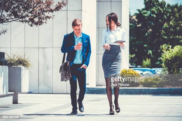 Twee ondernemers buiten wandelen