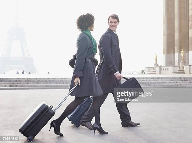 Zwei Geschäftsleute im Freien mit Gepäck von Eiffelturm