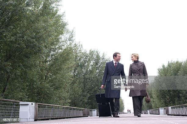 Zwei Geschäftsleute mit Gepäck zu Fuß auf die Brücke