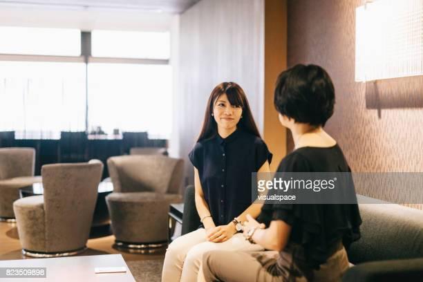 2 つのビジネスウーマン - インタビュー ストックフォトと画像