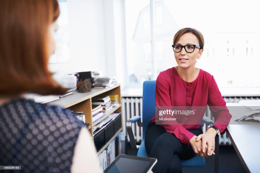 Two businesswomen having a meeting : Foto de stock
