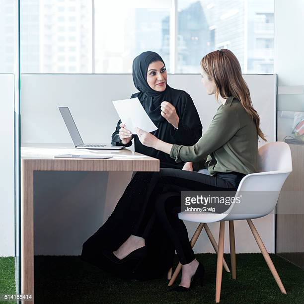 ZWEI GESCHÄFTSFRAUEN in Büro Duschkabine, Dubai, VAE