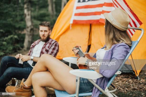 2 つのキャンプが彼らのテントの前にリラックス