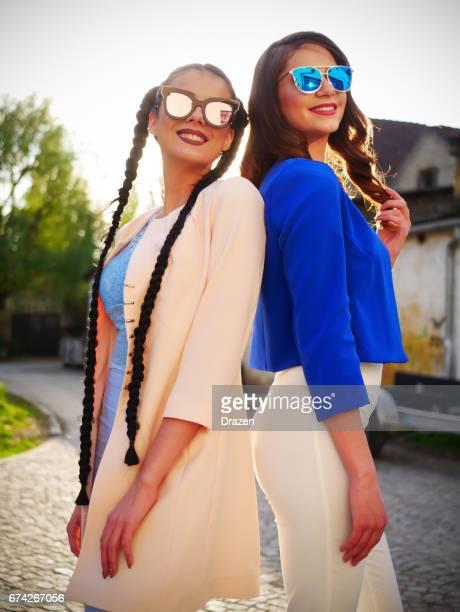 zwei lässige millenniumsgeneration frauen zusammen auf frühling nachmittag - damenmode stock-fotos und bilder
