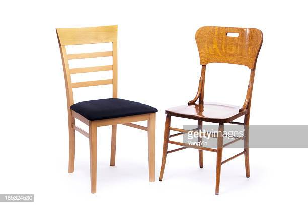 Zwei Stühlen, alten und neuen, sitzend neben jedem anderen