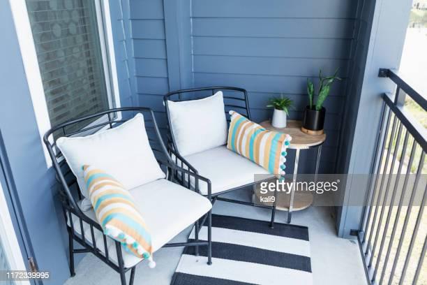 duas cadeiras em um balcão acolhedor - sacada - fotografias e filmes do acervo