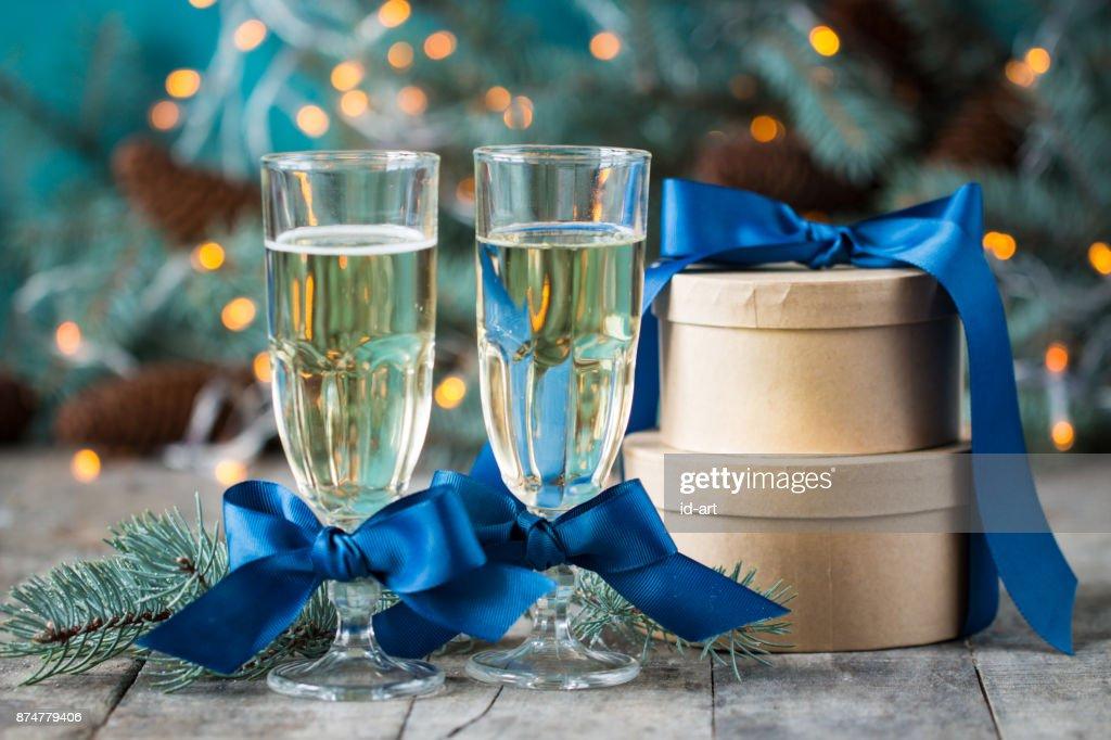 Zwei Glas Champagner Auf Weihnachten Bokeh Mit Schnee Lichter Tanne ...