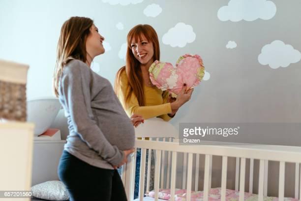 2 つの魅力的な女性の友人、一人の女性が妊娠後期に妊娠しています。