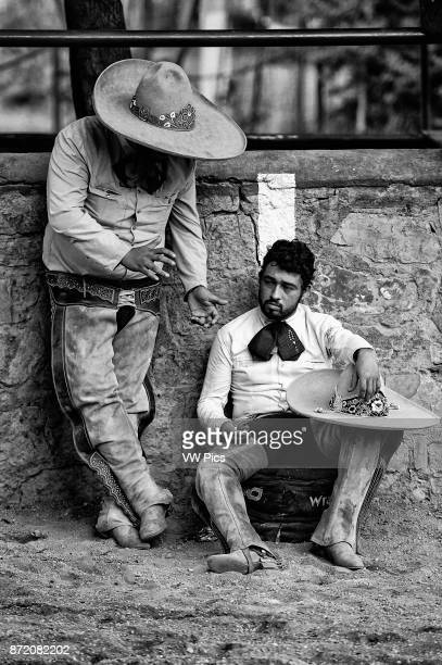 Two charros talking about the competition