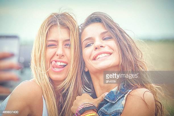 deux hipster joyeux amis prenant selfie de photos sur smartphone - ados lesbiennes en couple photos et images de collection