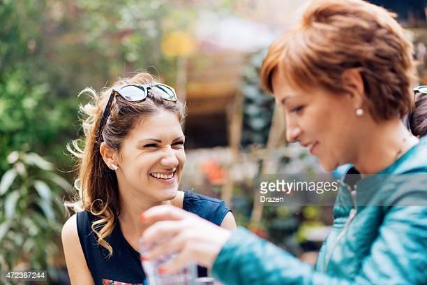Deux enthousiaste de femmes sur pause-café dans un café de printemps