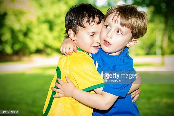 due bambini abbracciare l'altro - pjphoto69 foto e immagini stock