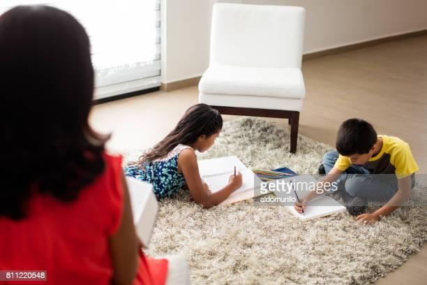 Deux enfants assis sur le sol et le dessin