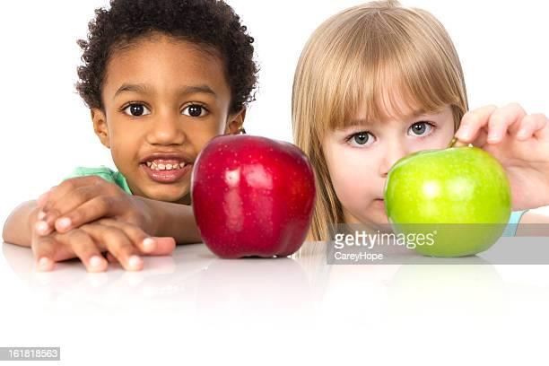 Dos niños con manzanas