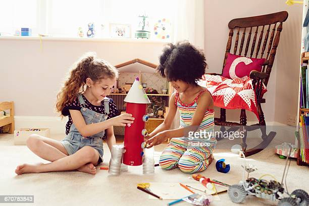 two children working together to make things - brincar - fotografias e filmes do acervo