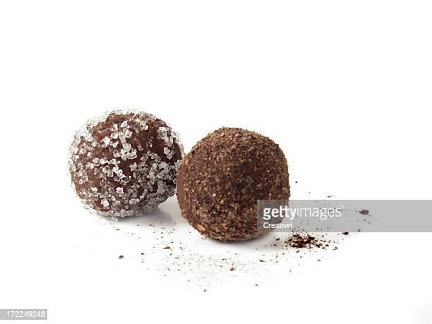 2 つの白い背景の上のチョコレートトリュフ