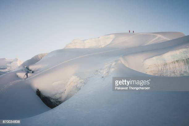 huaraz, peru - july 13: two climbers descending nevado pisco, located in the cordillera blanca, north of huaraz on july 13, 2017. - dramatische landschaft stock-fotos und bilder