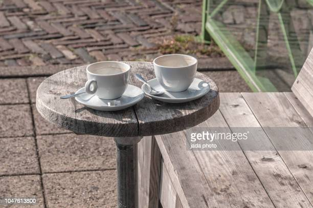 two coffee cups and saucers with spoons - due oggetti foto e immagini stock