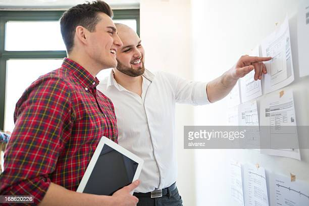 Zwei Kollegen in einem Starten Sie Ihre Arbeit