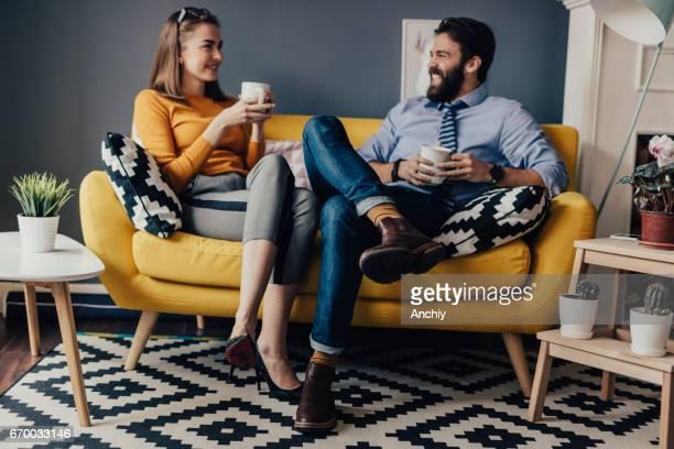 Dos colegas tomando café en una sala de descanso