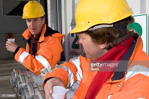 Deux constructionworkers d'une pause-café.