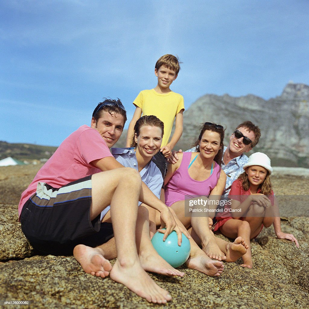 Two couples and children outside, smiling, portrait : Stockfoto
