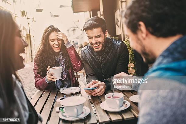 カップルで楽しむ屋外カフェ