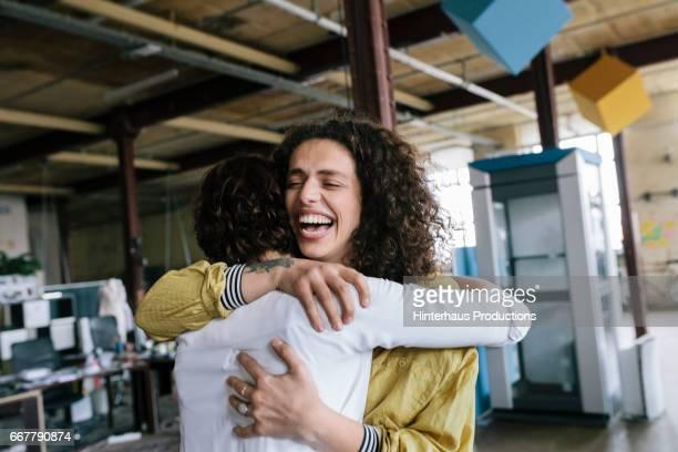 two co-worker hugging - collègue photos et images de collection