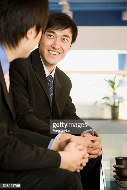 2 つの共同について話す作業員