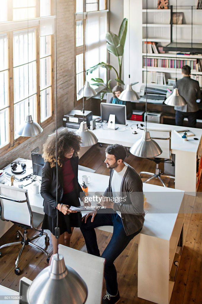 Zwei kreativen sprechen im Büro : Stock-Foto